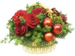 Новогодняя корзинка из живых цветов