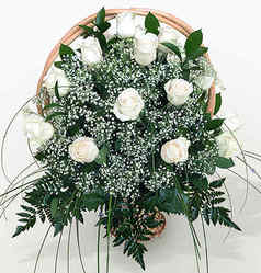 Корзина 19 белых длинных роз в оформлении