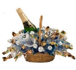 Корзина подарочная из конфет с шампанским Зимний Вечер