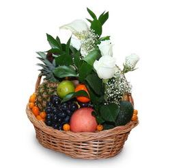Корзина с фруктами, оформленная цветами