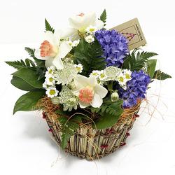 Корзинка с весенними цветами
