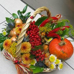 Корзина с цветами, овощами и ягодами